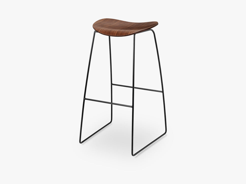 2D Bar Stool - Un-upholstered - 75 cm Sledge Black base, American Walnut shell fra GUBI