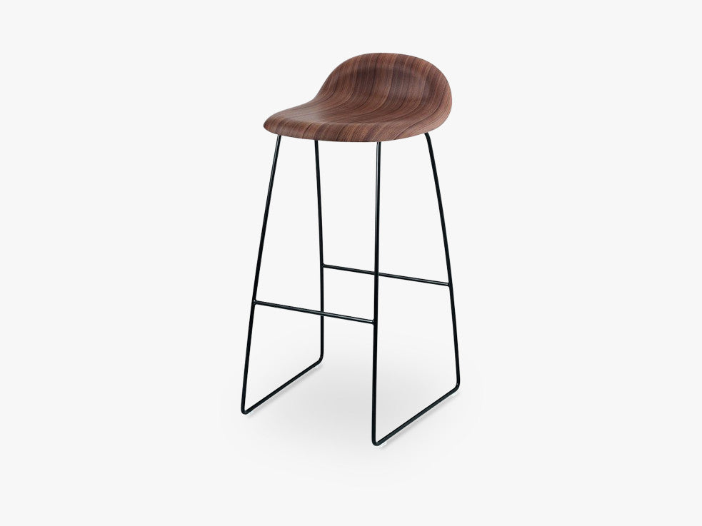 3D Bar Stool - Un-upholstered - 75 cm Sledge Black base, American Walnut shell fra GUBI