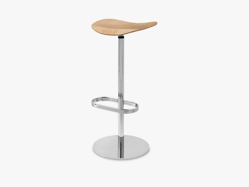 2D Counter Stool - Un-upholstered - 65 cm Swivel Chrome base, Oak shell fra GUBI