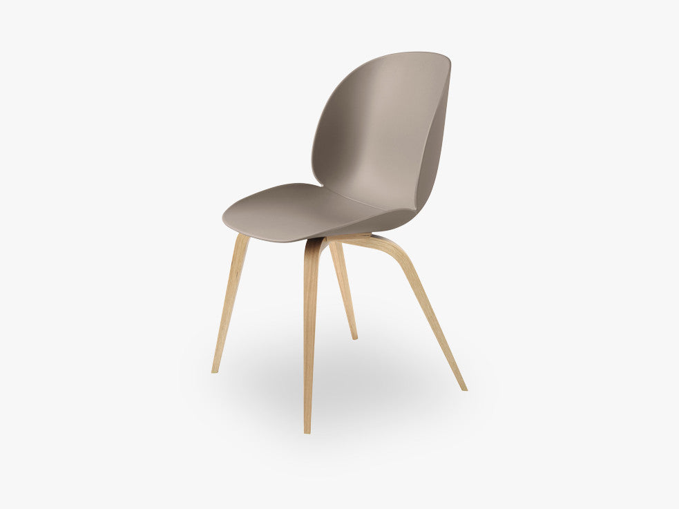 Beetle Dining Chair - Un-upholstered Oak base, New Beige shell fra GUBI