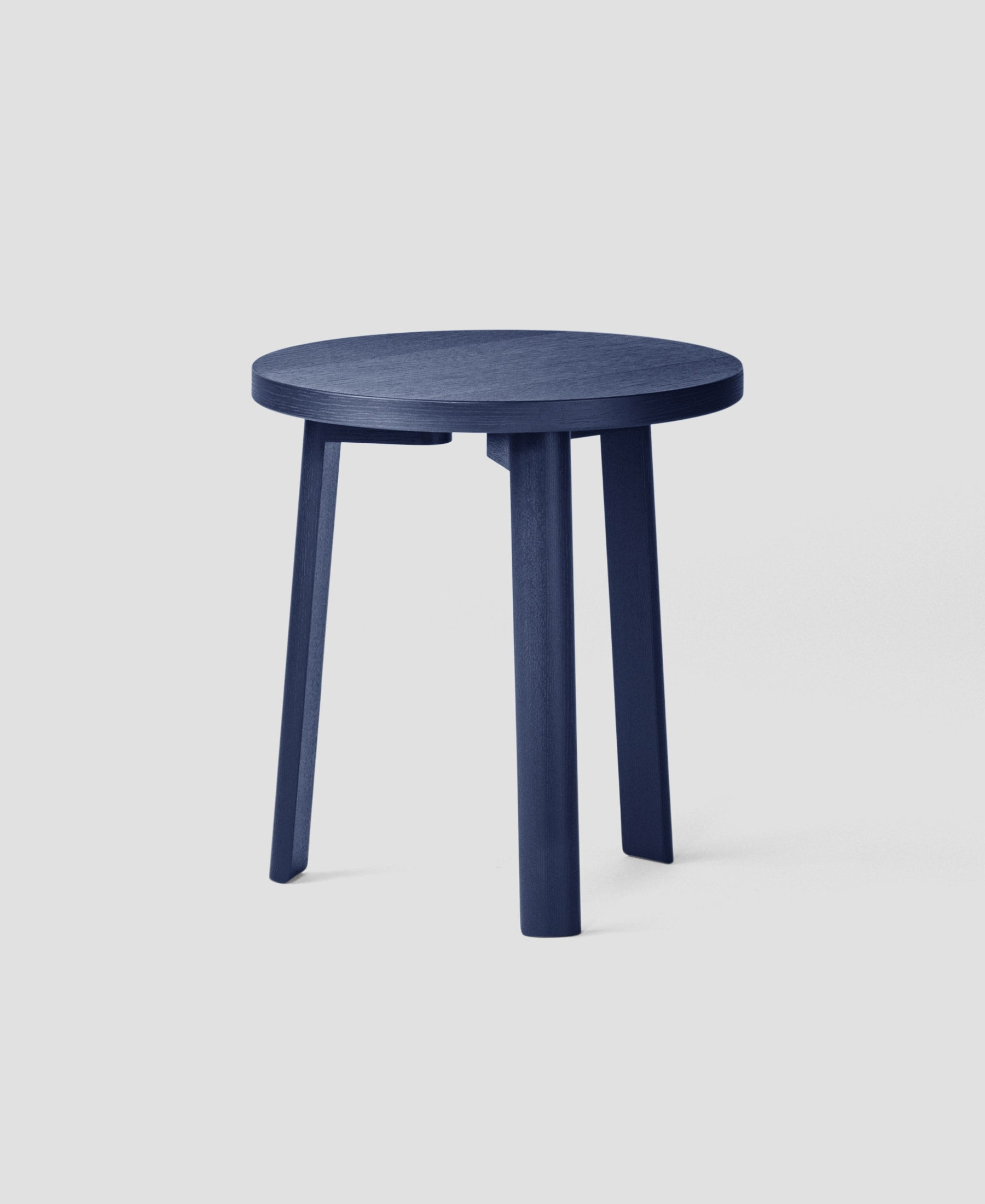 Ease Lounge Table Ø40, H43 Oak Veneer, Dark Blue fra MILLION