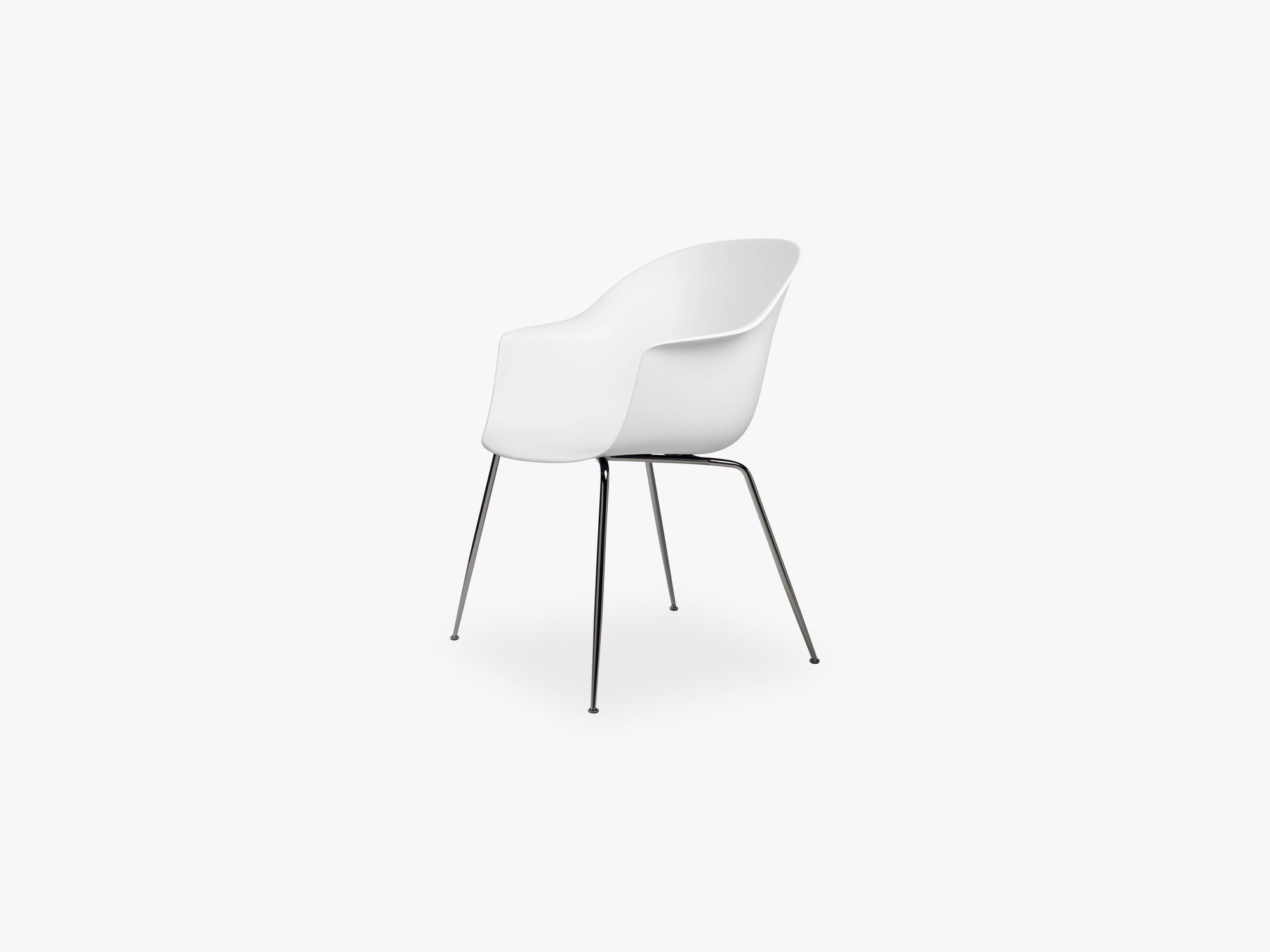 Bat Dining Chair - Skal m Conic base - Black Chrome, Pure White fra GUBI