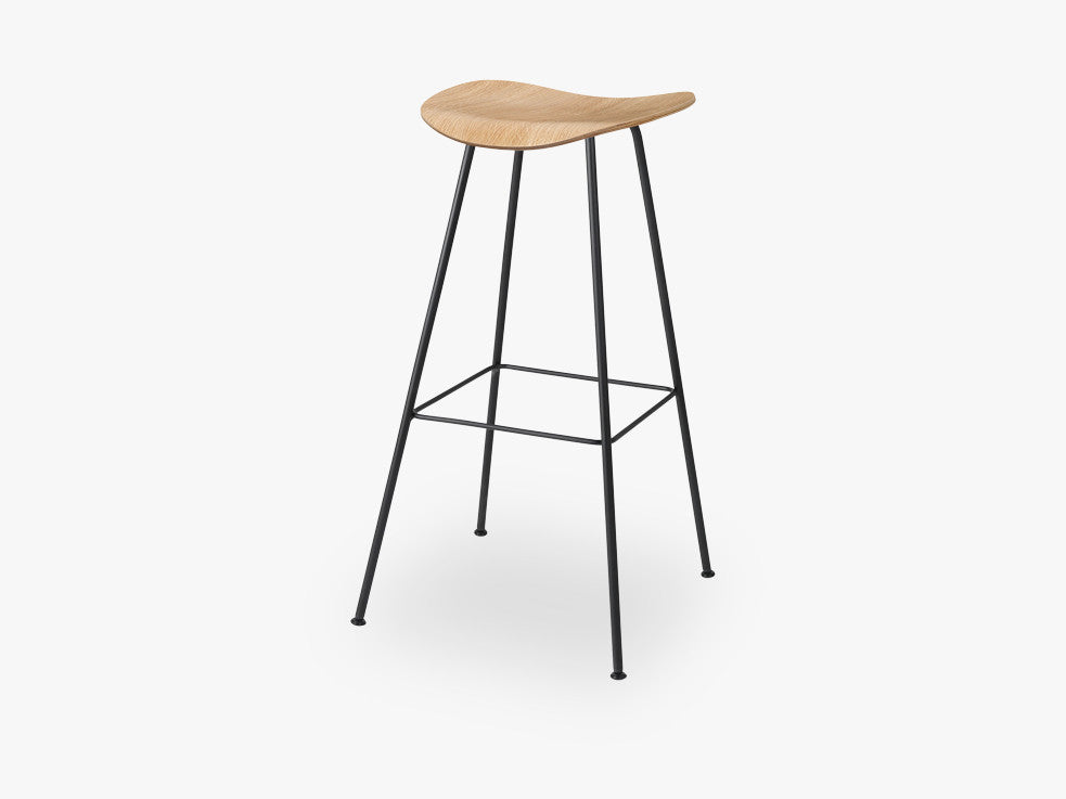 2D Counter Stool - Un-upholstered - 65 cm Center Black base, Oak shell fra GUBI
