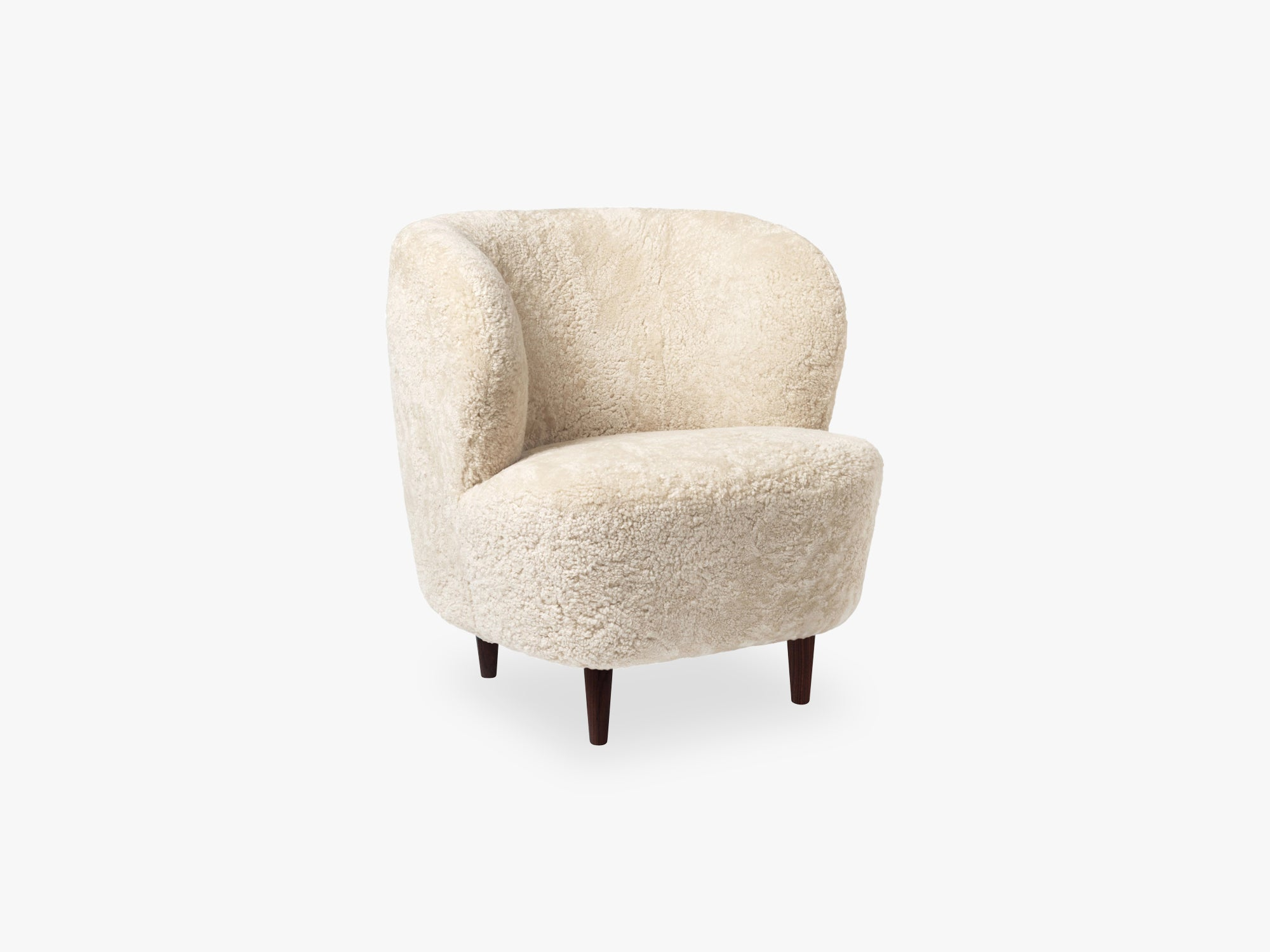 Stay Lounge Chair - Smoked Oak, Moonlight sheepskin fra GUBI
