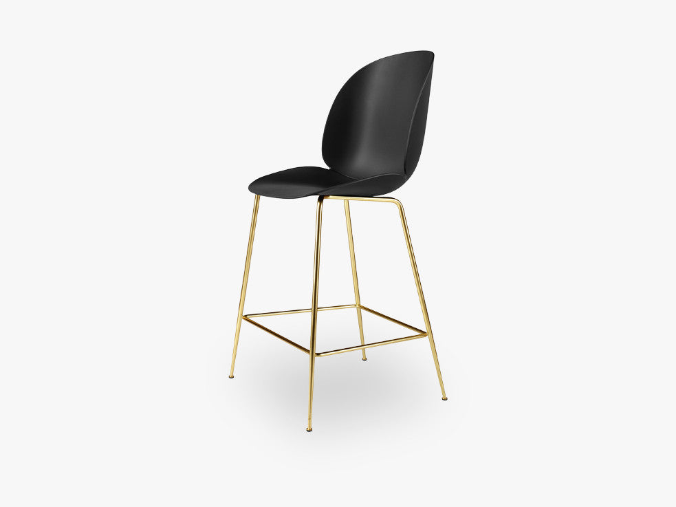 Beetle Counter Chair - Un-upholstered - 64 cm Conic Brass base, Black shell fra GUBI