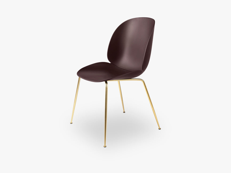 Beetle Dining Chair - Un-upholstered Conic Brass base, Dark Pink shell fra GUBI