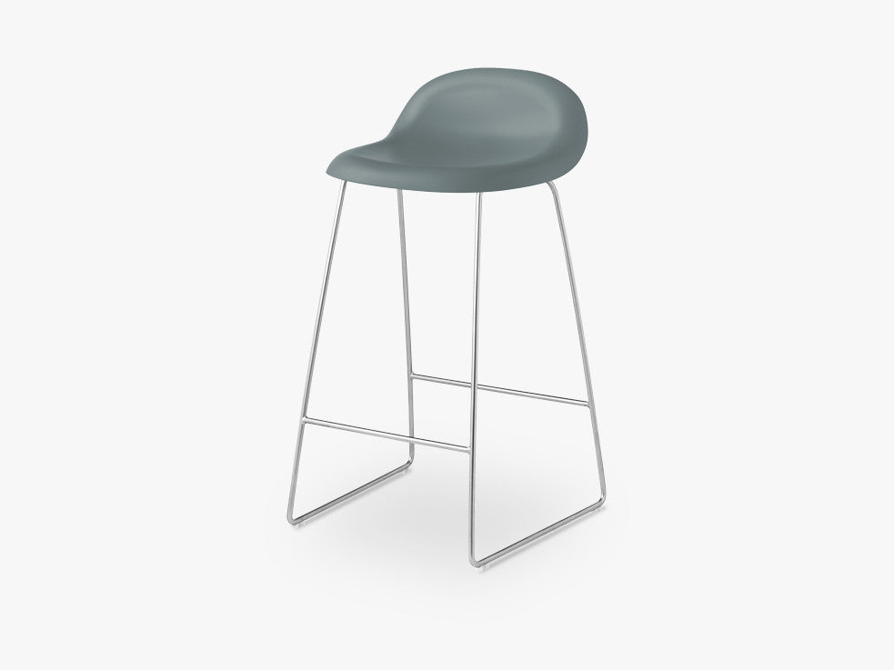 3D Counter Stool - Un-upholstered - 65 cm Sledge Crome base, Rainy Grey shell fra GUBI