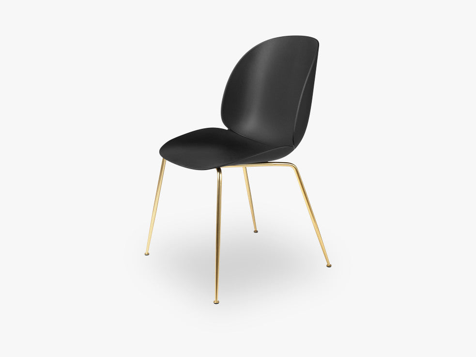 Beetle Dining Chair - Un-upholstered Conic Brass base, Black shell fra GUBI