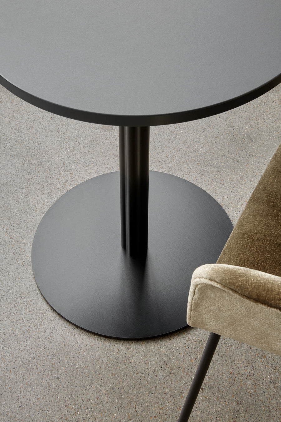 Harbour Column Dining Table Ø80 - Charcoal Linoleum with Black Base fra Menu