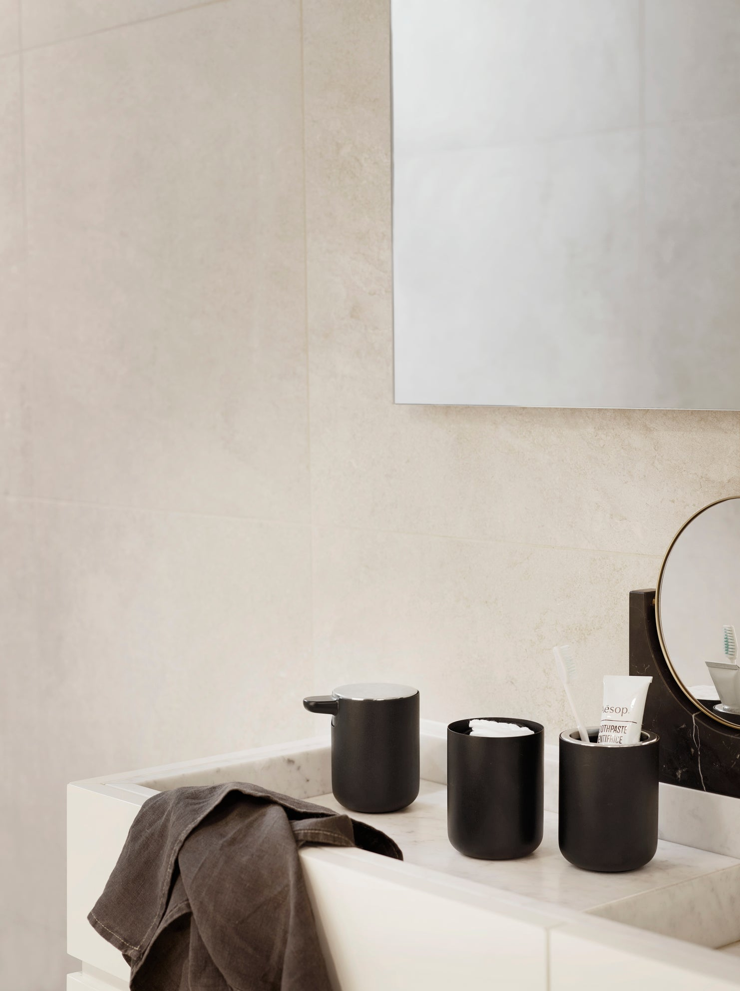 Bath Container w. mirror, black fra Menu