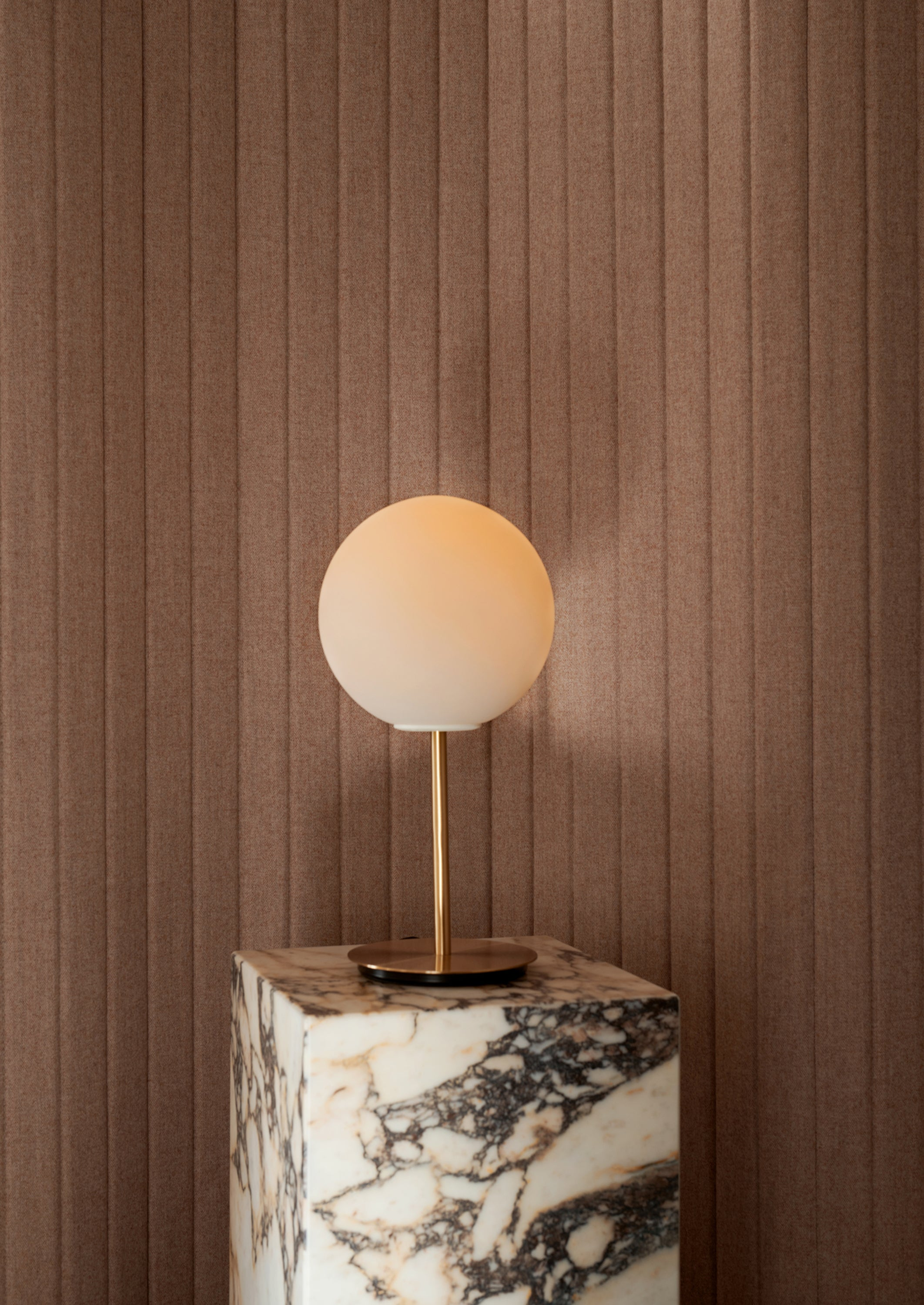 Plinth Tall, Rose Marble fra Menu