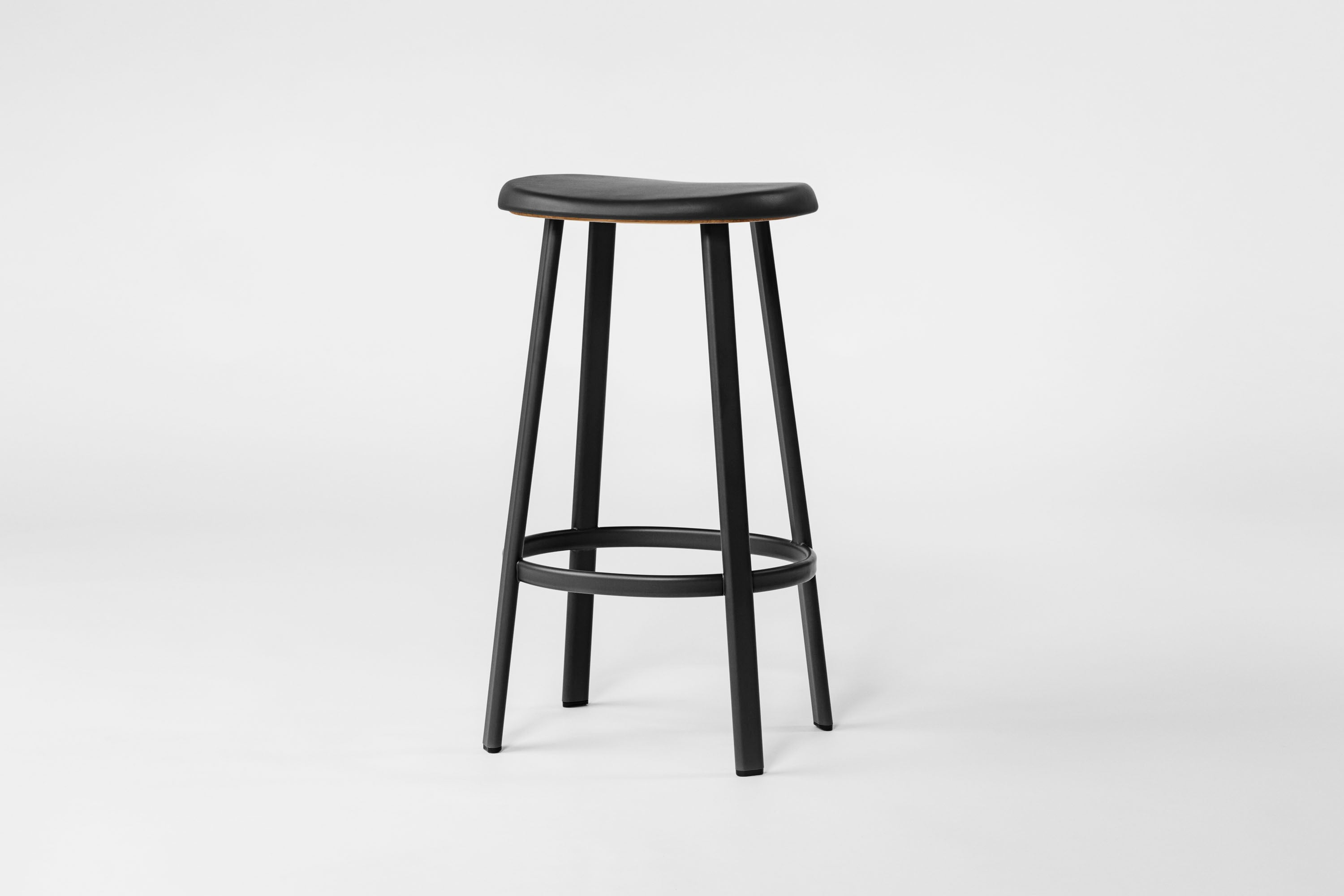 Anno Stool H75, Black/Black Leather fra MILLION
