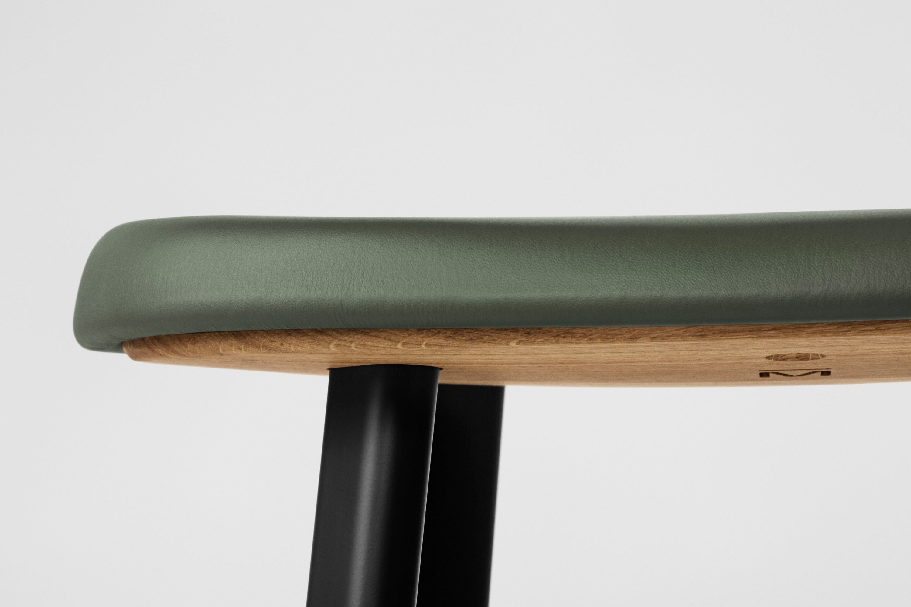 Anno Stool H75, Black/Green Leather fra MILLION