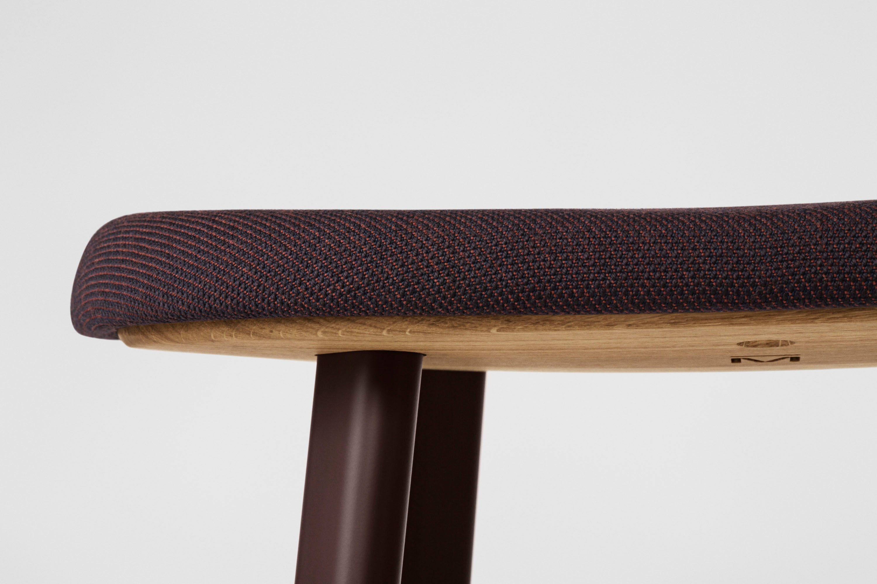 Anno Stool H75, Black/Burgundy Red Textile fra MILLION