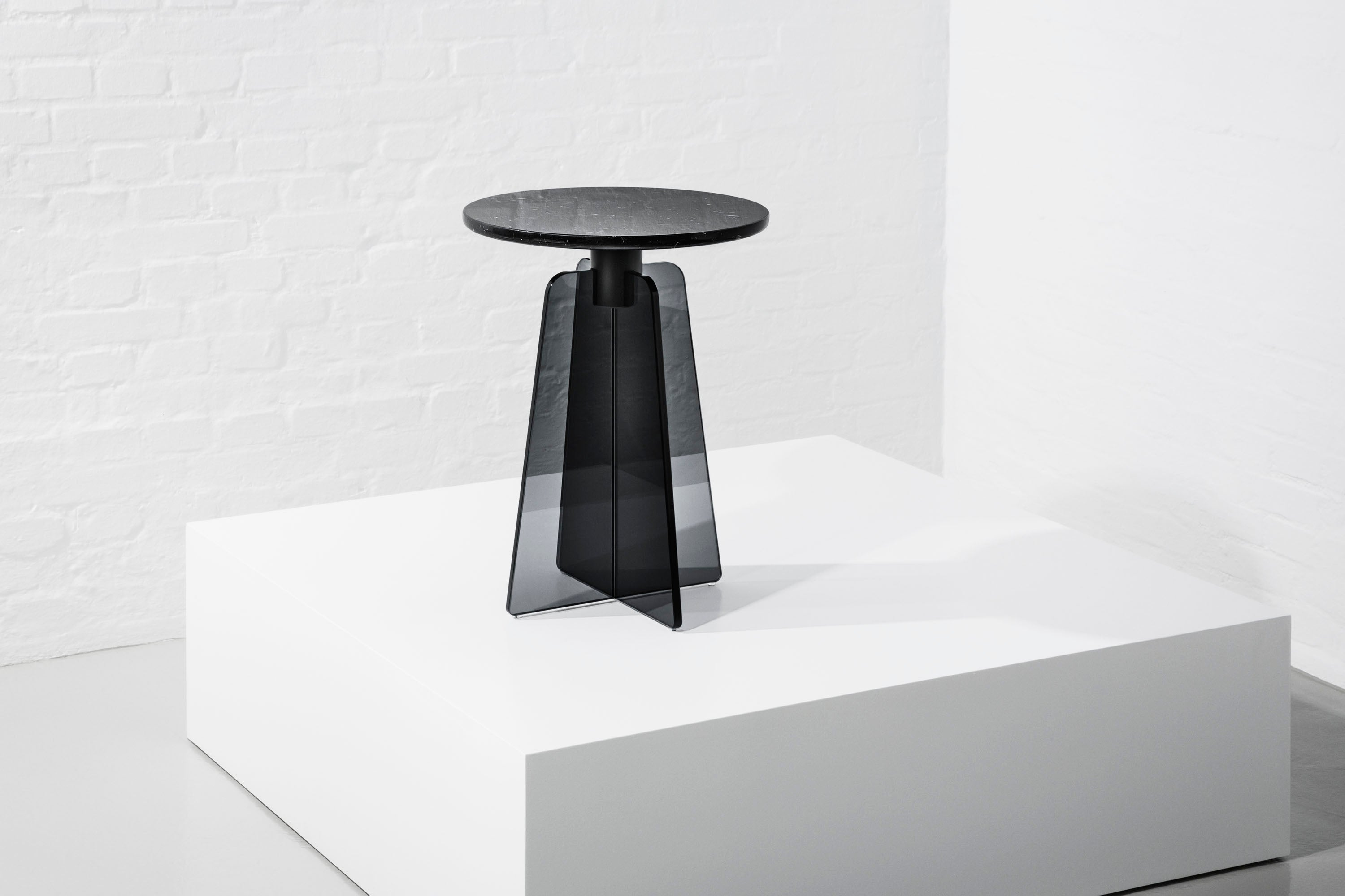 Cupola Side Table, Black Glass/Black Marble fra MILLION