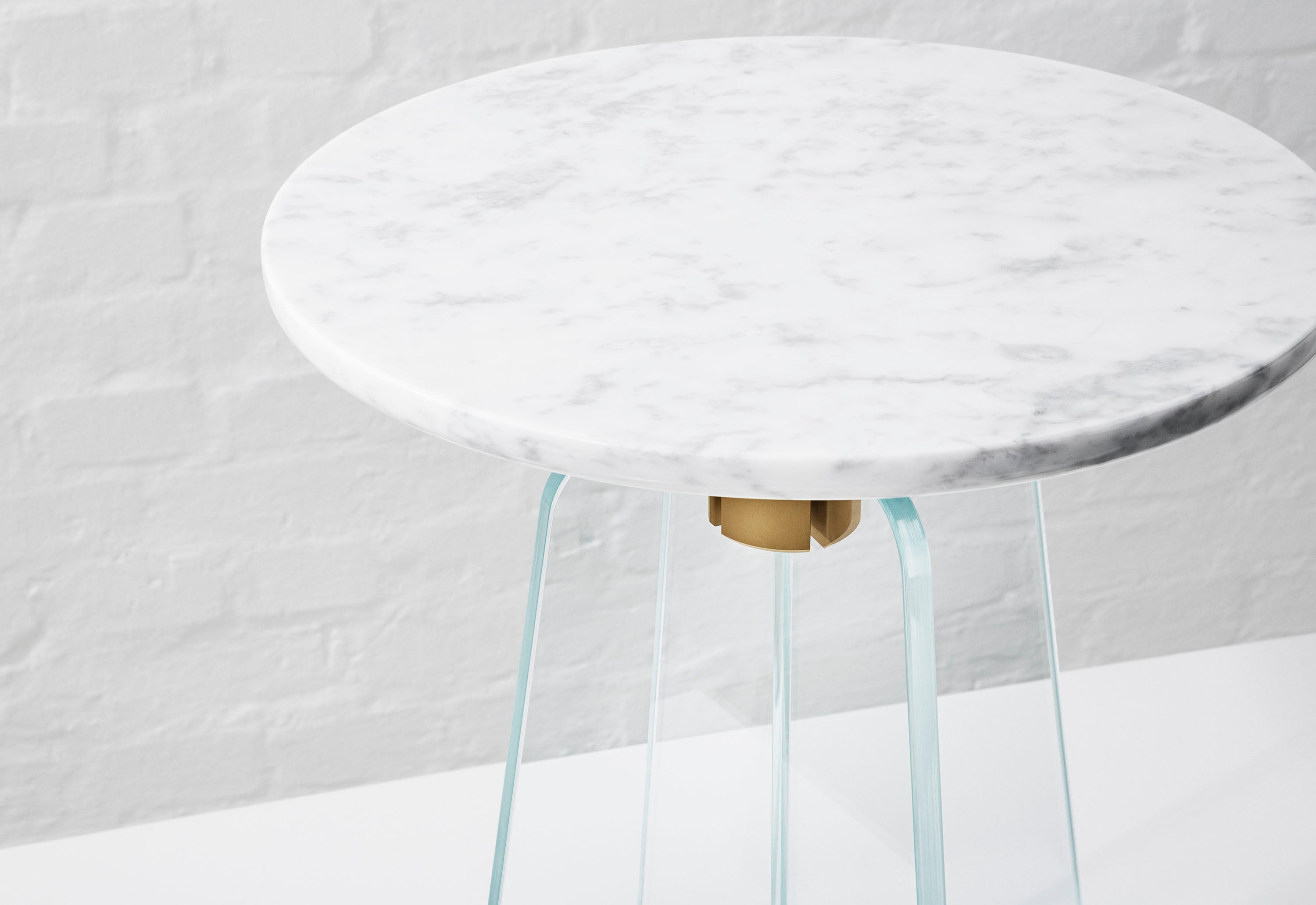 Cupola Side Table, Clear Glass/White Marble fra MILLION