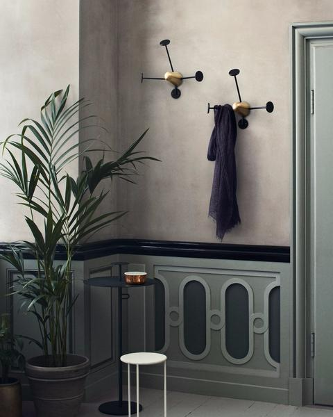 Matégot Coat Rack, Brass Base, Black fra GUBI