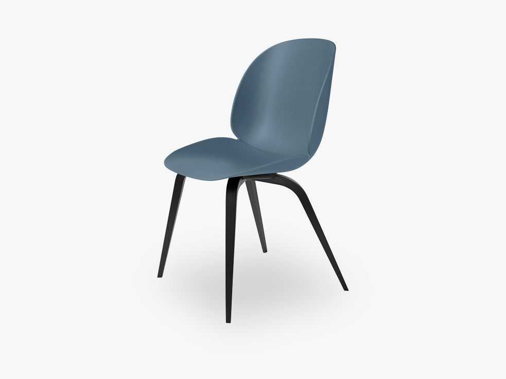 Beetle Dining Chair - Un-upholstered Black Stained Beech base, Blue Grey shell fra GUBI