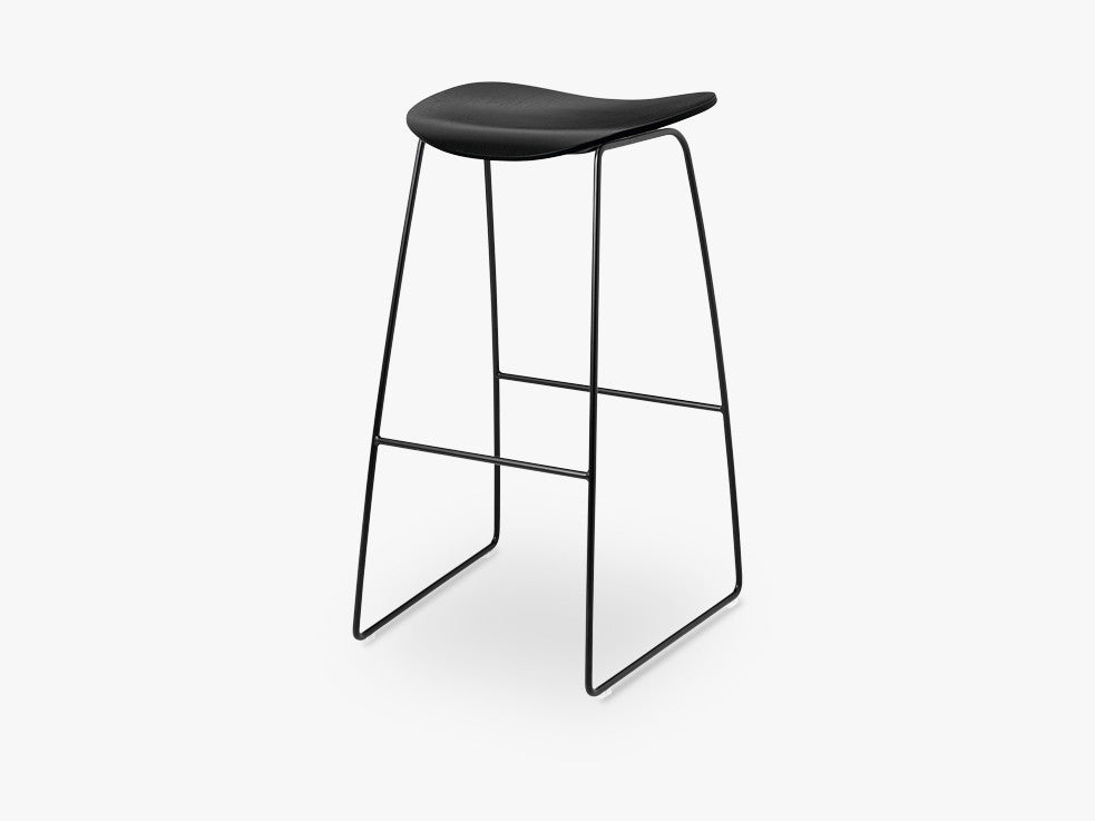 2D Counter Stool - Un-upholstered - 65 cm Sledge Black base, Black Stained Birch shell fra GUBI