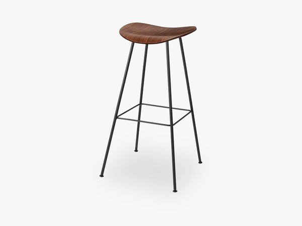 2D Bar Stool - Un-upholstered - 75 cm Center Black base, American Walnut shell fra GUBI