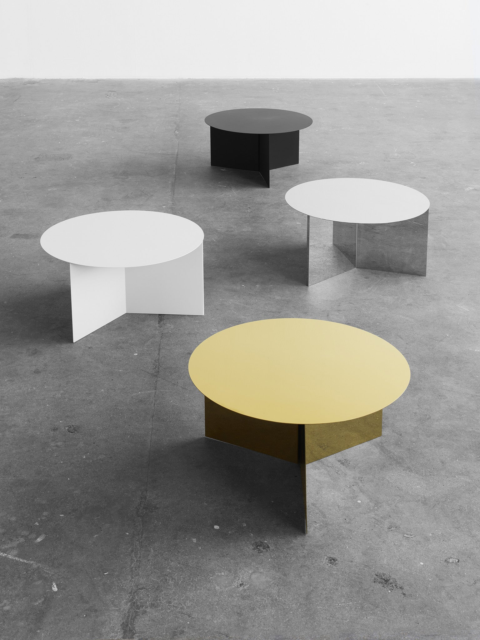 Slit Table Round - Messing fra HAY