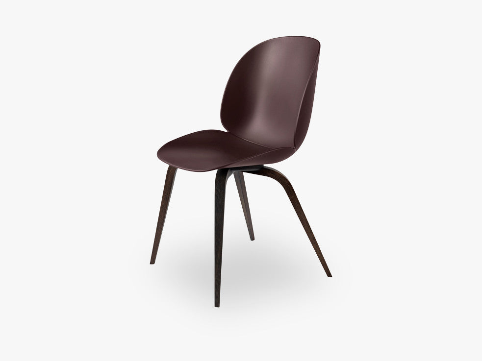 Beetle Dining Chair - Un-upholstered Smoked Oak base, Dark Pink shell fra GUBI