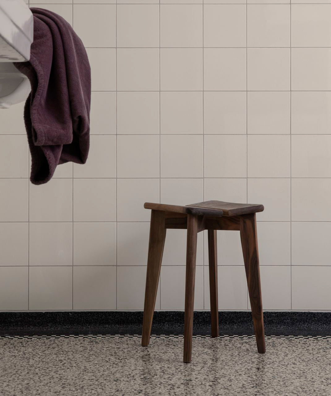 Trèfle Stool, Black Stained Oak Matt Lacquered fra GUBI