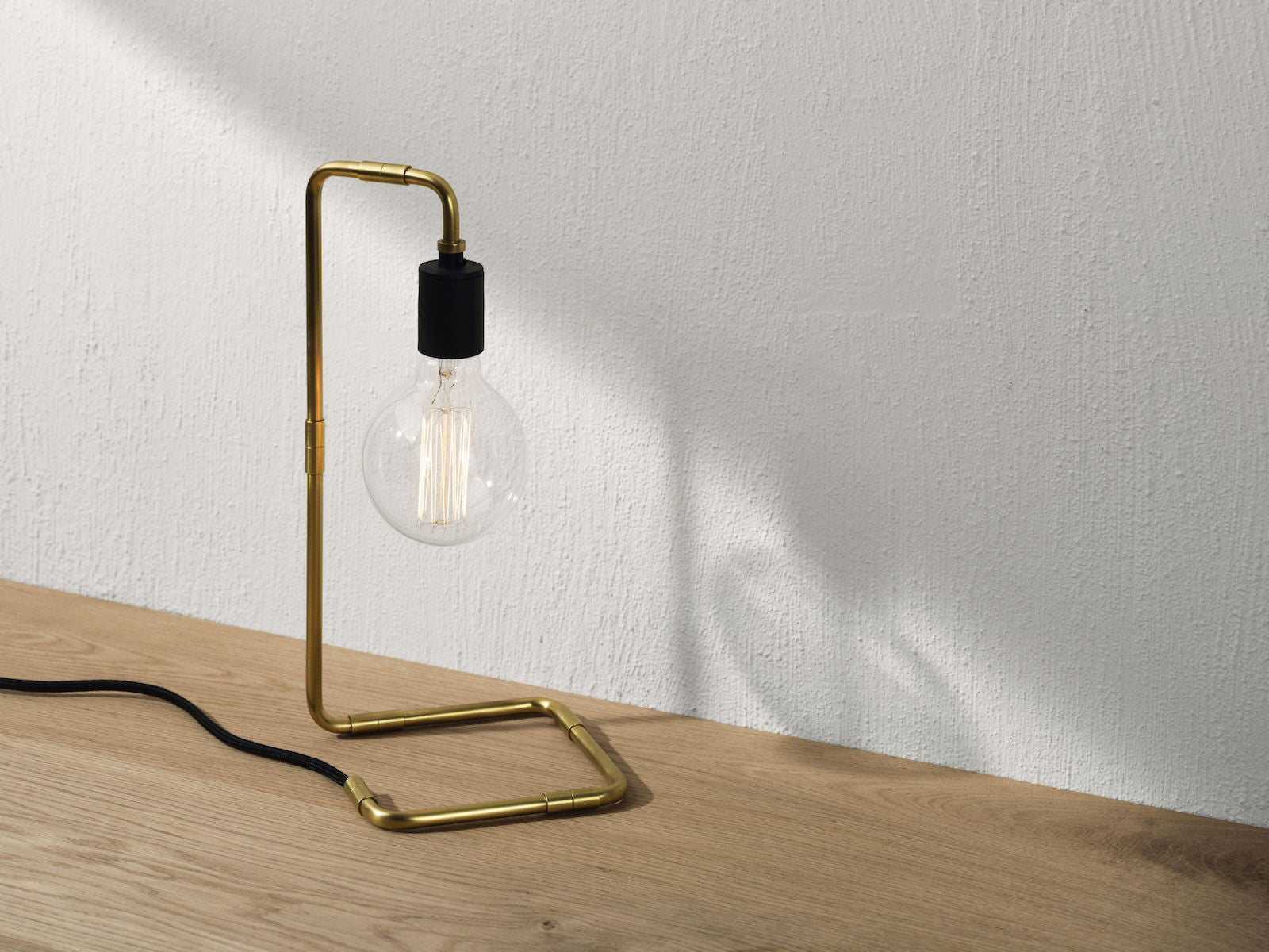 Tribeca Reade Bordlampe Messing fra Menu