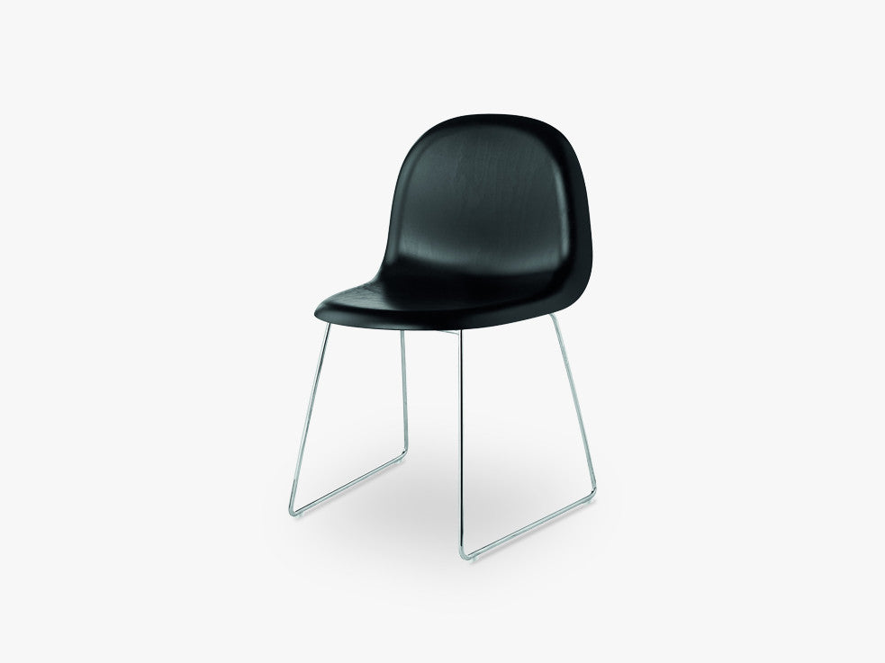 3D Dining Chair - Un-upholstered Sledge Crome base, Black Stained Beech shell fra GUBI