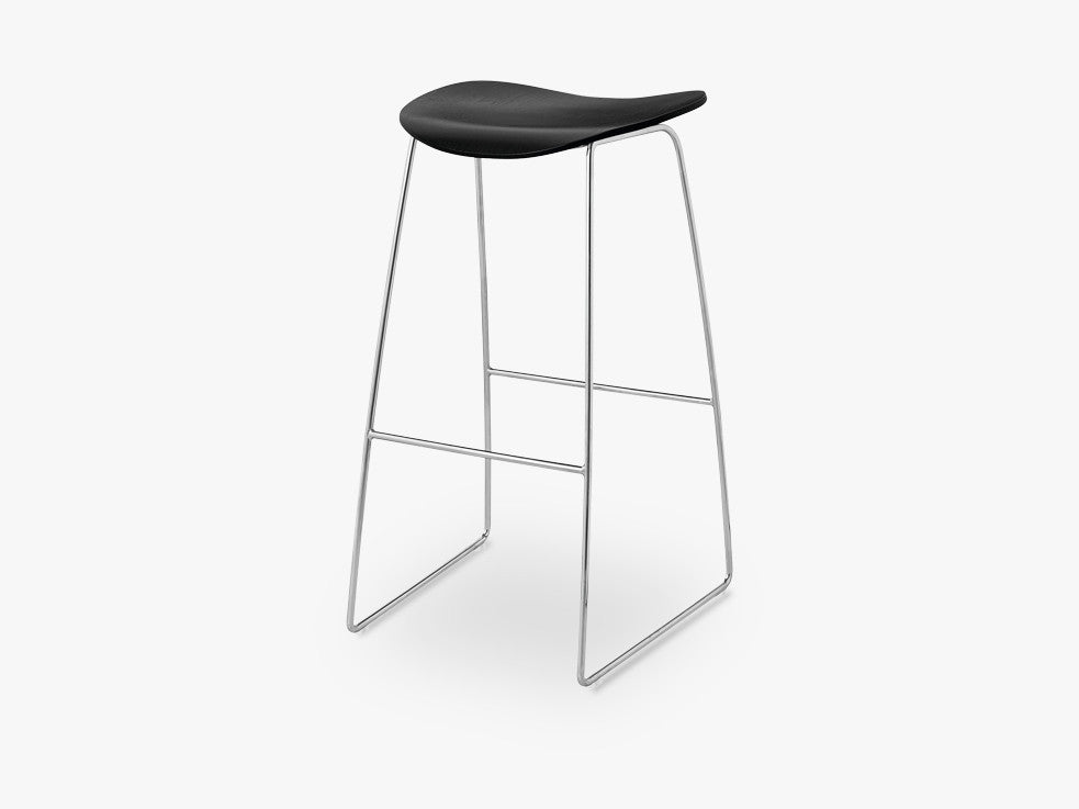 2D Bar Stool - Un-upholstered - 75 cm Sledge Crome base, Black Stained Birch shell fra GUBI