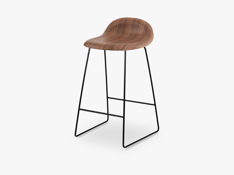 3D Counter Stool - Un-upholstered - 65 cm Sledge Black base, American Walnut shell fra GUBI