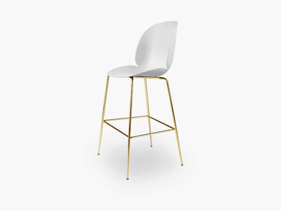 Beetle Bar Chair - Un-upholstered - 74 cm Conic Brass base, White shell fra GUBI