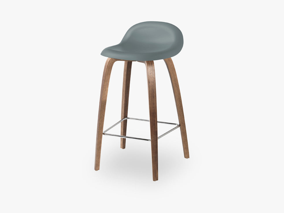 3D Counter Stool - Un-upholstered - 65 cm American Walnut base, Rainy Grey shell fra GUBI