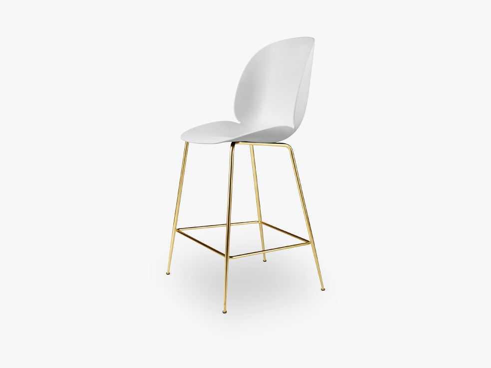 Beetle Counter Chair - Un-upholstered - 64 cm Conic Brass base, White shell fra GUBI