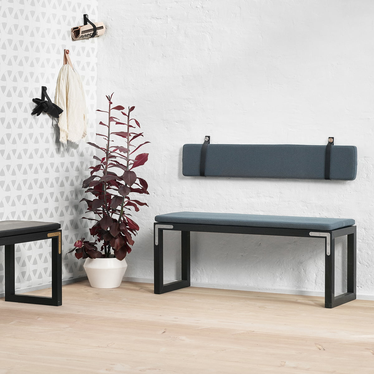 Conekt bench, black stained ash fra By Lassen