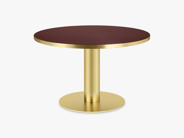 GUBI 2.0 Dining Table - Round - Ø125 - Brass base, Glass Cherry Red top fra GUBI