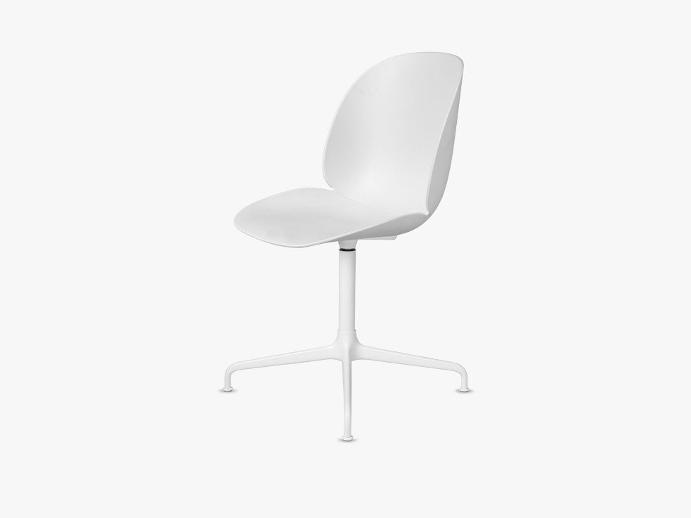 Beetle Dining Chair - Un-upholstered Casted Swivel base White, White shell fra GUBI