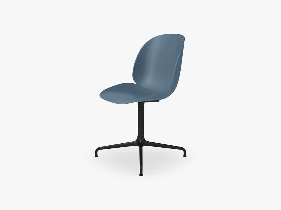 Beetle Meeting chair - Un-upholstered - 4-star swivel Black base, Blue Grey shell fra GUBI
