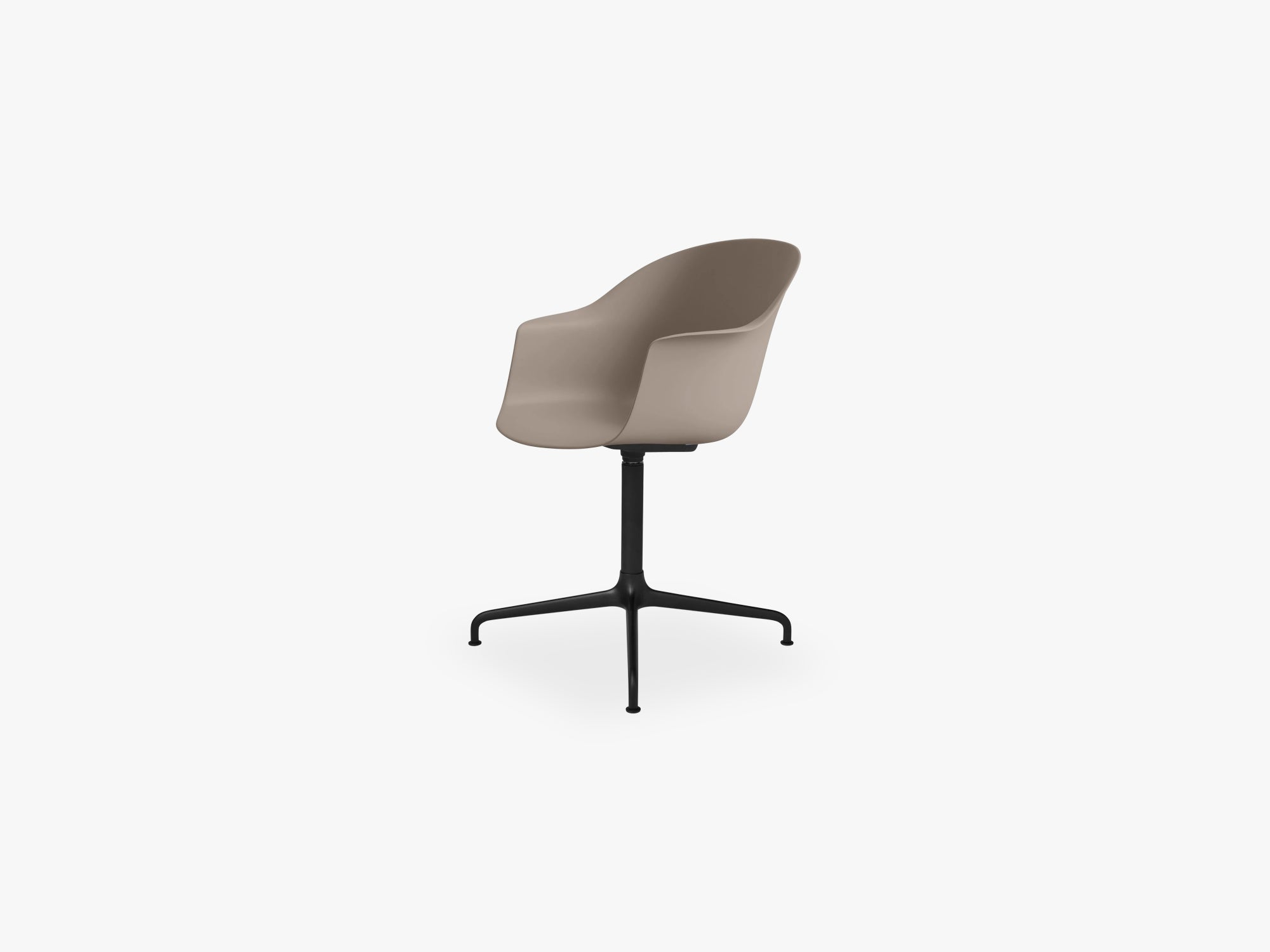 Bat Meeting Chair - Skal m 4-star base - Black Matt, New Beige fra GUBI