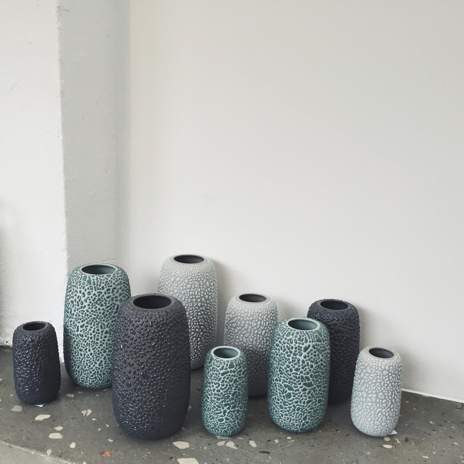 Dotted Glaze Vase - Dark Grey - Large fra AYTM