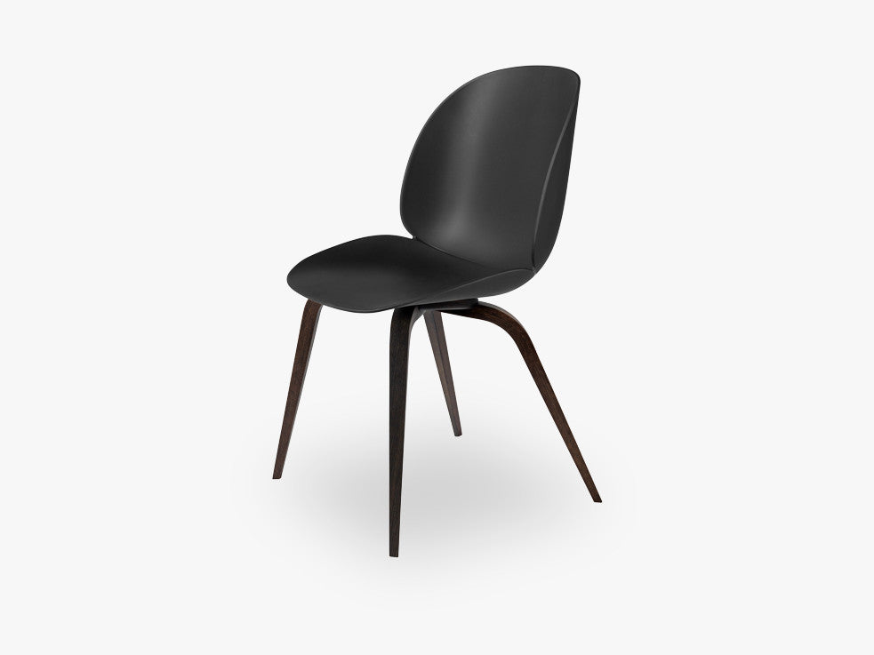 Beetle Dining Chair - Un-upholstered Smoked Oak base, Black shell fra GUBI