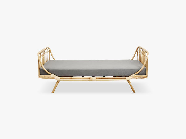 Rattan day bed w/grey fabric cushion fra Nordal
