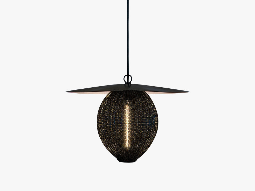 Satellite Pendant - L (Ø27,2), Midnight Black fra GUBI