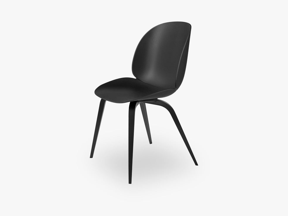 Beetle Dining Chair - Un-upholstered Black Stained Beech base, Black shell fra GUBI