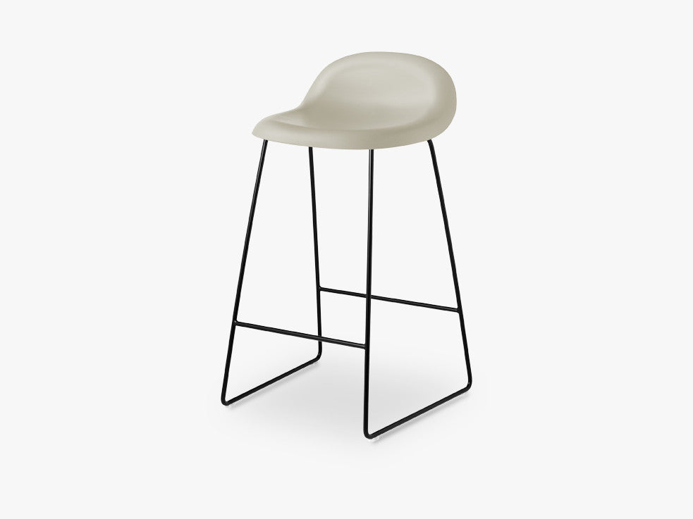 3D Counter Stool - Un-upholstered - 65 cm Sledge Black base, Moon Grey shell fra GUBI