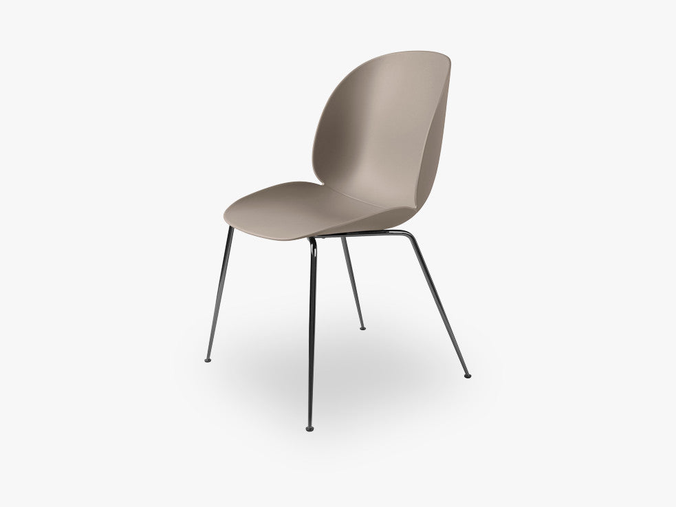 Beetle Dining Chair - Un-upholstered Conic Black Chrome base, New Beige shell fra GUBI