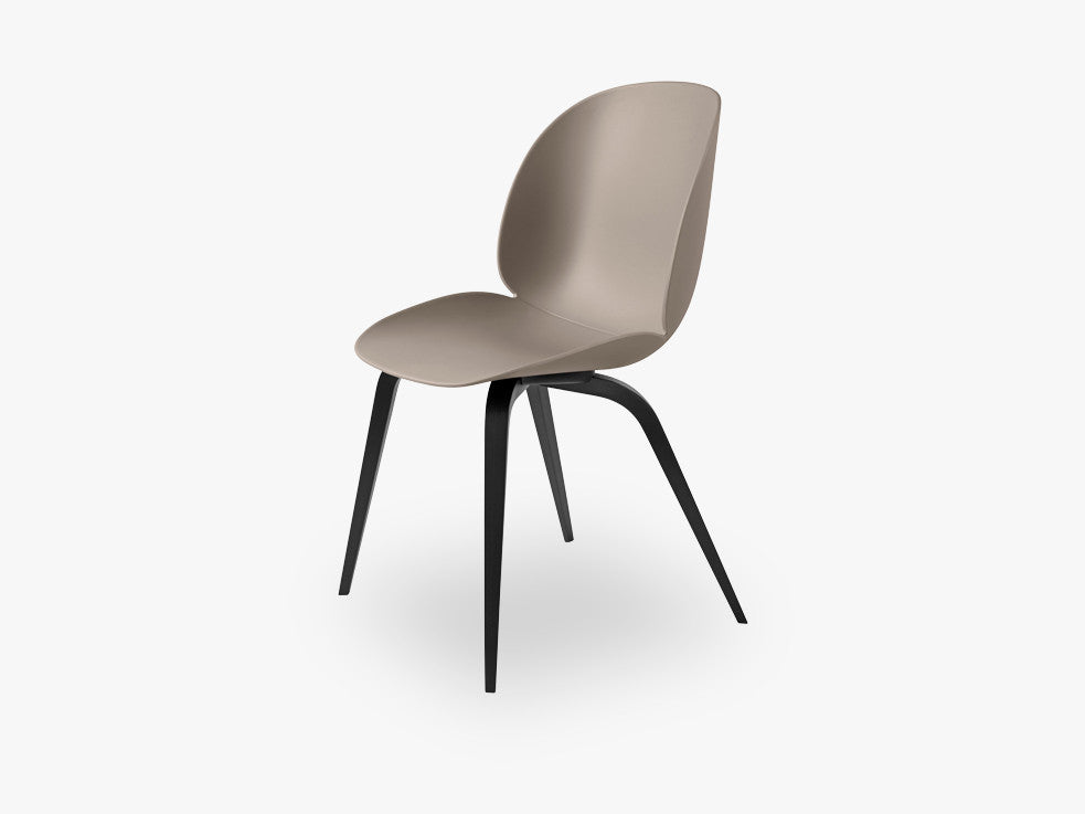 Beetle Dining Chair - Un-upholstered Black Stained Beech base, New Beige shell fra GUBI