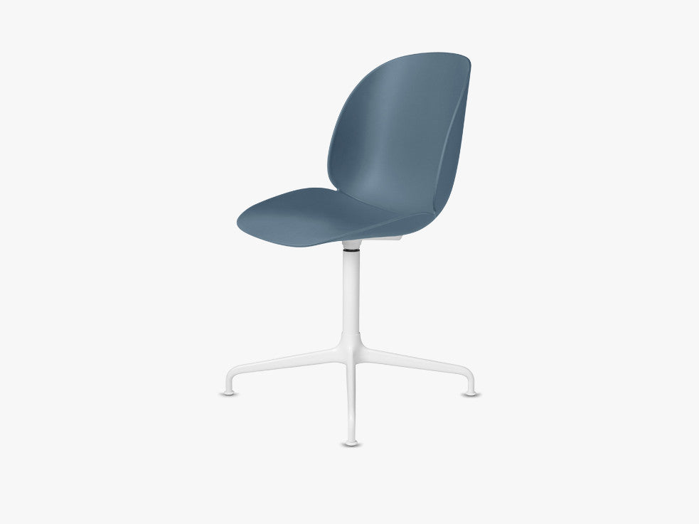 Beetle Dining Chair - Un-upholstered Casted Swivel base White, Blue Grey shell fra GUBI