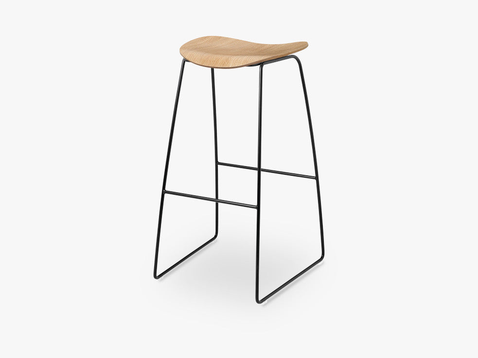 2D Bar Stool - Un-upholstered - 75 cm Sledge Black base, Oak shell fra GUBI