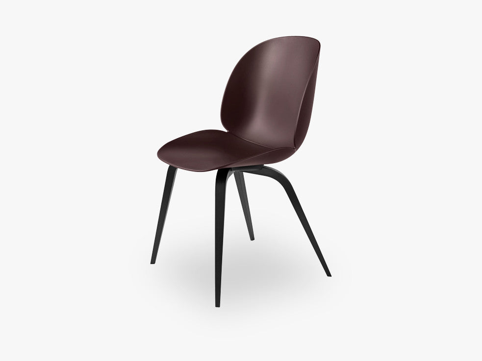 Beetle Dining Chair - Un-upholstered Black Stained Beech base, Dark Pink shell fra GUBI